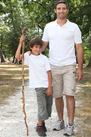 padre e hijo: Padre e hijo caminando por el campo