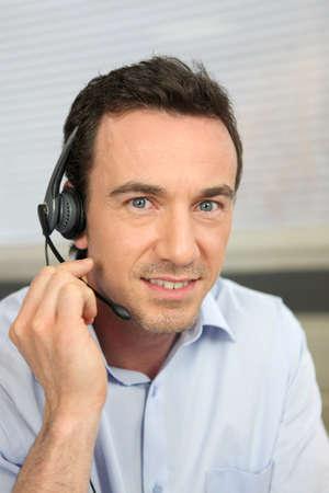 hands free phone: El hombre utiliza un auricular de tel�fono