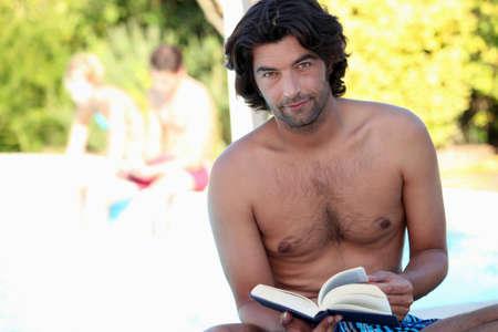 nackte brust: Ein Mann liest vor