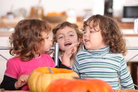 ni�os desayuno: tres ni�os en una cocina en el momento de Halloween Foto de archivo