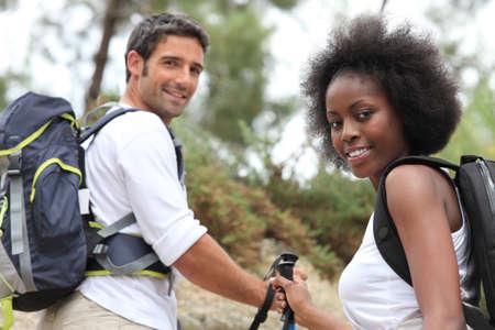 두서없는: 숲에서 산책하는 커플 스톡 사진