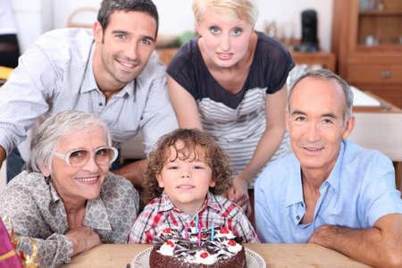 familias unidas: Familia celebrando un cumpleaños juntos