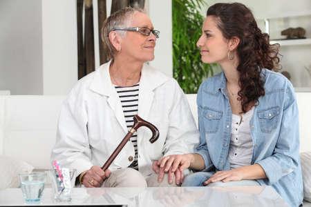 aide à la personne: jeune femme aidant dame âgée à la maison
