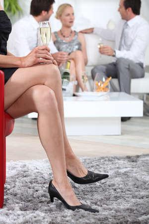 Ospiti del partito bevendo champagne