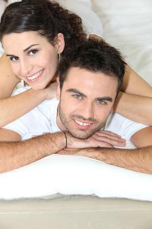 enamorados en la cama: Pareja joven acostado en la cama