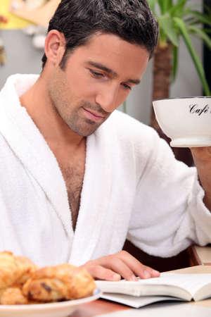 hombre tomando cafe: retrato de un hombre en el desayuno