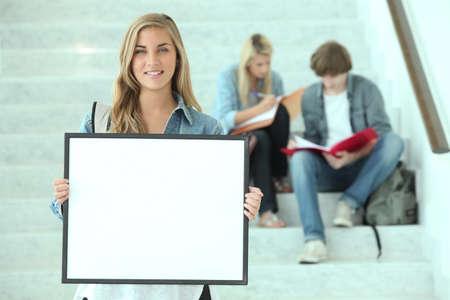 adolescentes estudiando: Tres adolescentes que estudian en los pasos