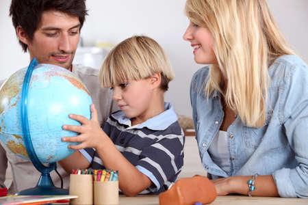 terrestre: famiglia felice guardando globo terrestre