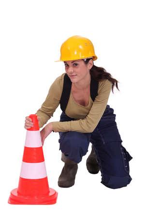 donna in ginocchio: Woman in ginocchio da coni di traffico Archivio Fotografico
