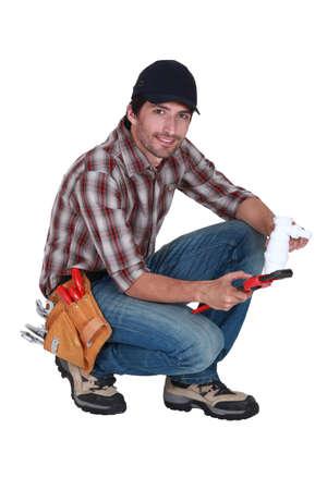 kunststoff rohr: Klempner mit einem Kunststoffrohr und einem Schraubenschl�ssel