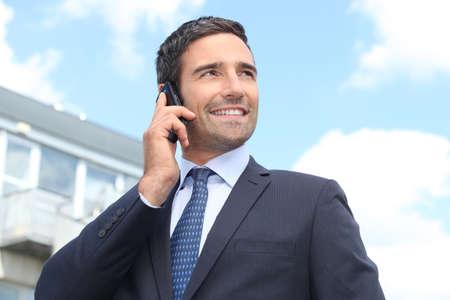 buena postura: Hombre en un traje en el tel�fono