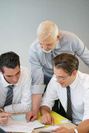 Ein Team von Geschäftsleuten Blick auf das Budget