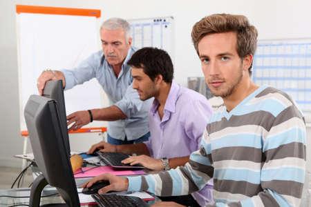 남자는 컴퓨터에서 작업
