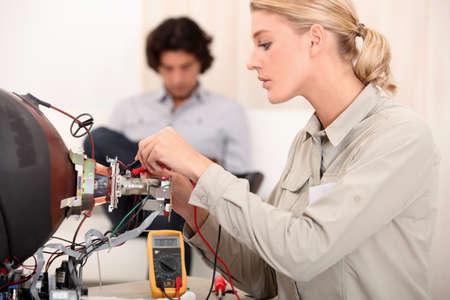 electricista: La mujer que se fijan una televisión