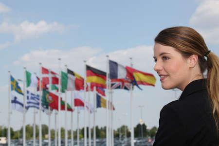 portret van een vrouw met vlaggen op de achtergrond Stockfoto