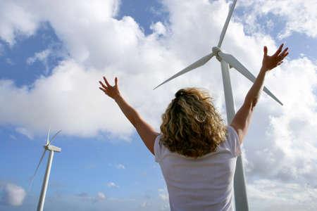 apalancamiento: Mujer delante de las turbinas eólicas