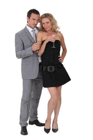 cocktaildress: Echtpaar drinken champagne in cocktailjurk Stockfoto