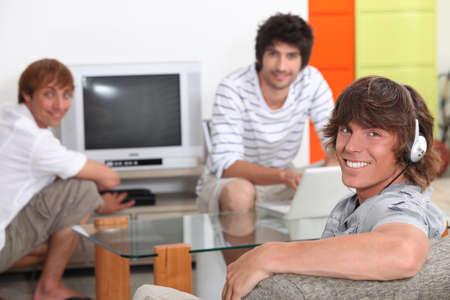 tabla de surf: Compañeros de piso relax juntos en su sala de estar Foto de archivo
