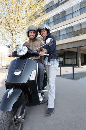 vespa: Pareja a punto de montar moto