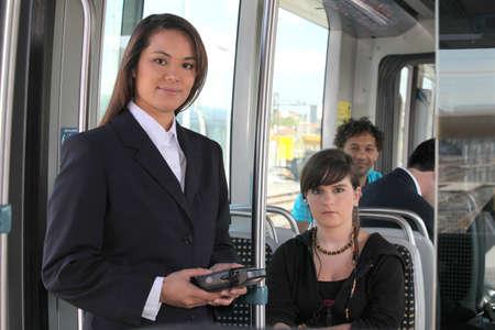 Biglietto ispettore femminile su un tram