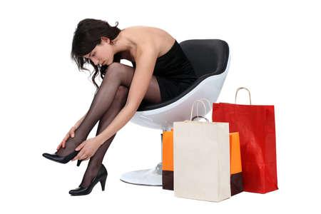 pantimedias: La mujer en el sillón con las compras Foto de archivo