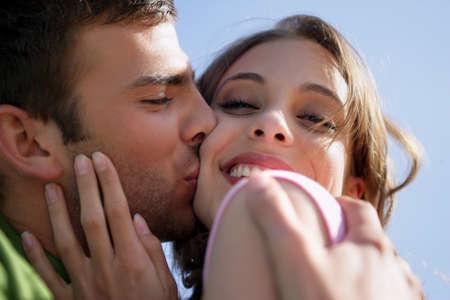 besos apasionados: Joven pareja cariñosa