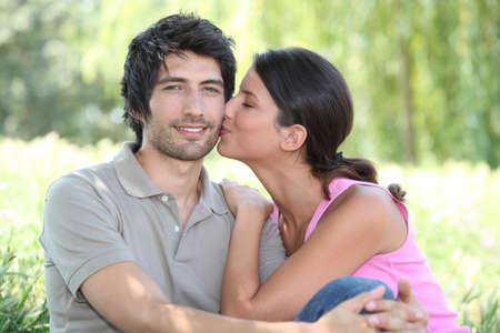 verlobt: Kuss auf die Wange