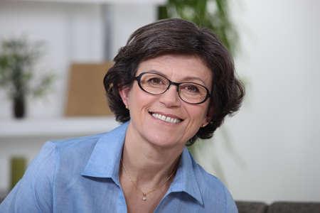 edad media: Retrato de una mujer de mediana edad sonriendo