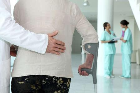 Pacjent: lekarz pomoc starszego pacjenta Zdjęcie Seryjne