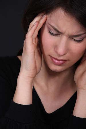gatillo: Mujer que sufre de un dolor de cabeza palpitante