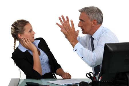 jefe enojado: Jefe gritando a asistente