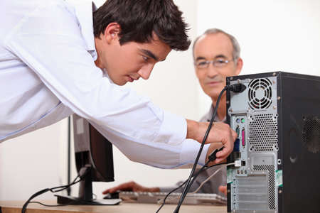 repairing: El hombre la fijaci�n de un equipo