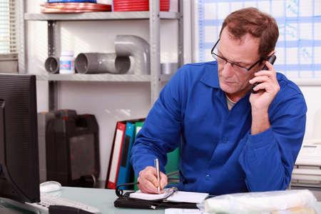 llamando: Plomero en la oficina