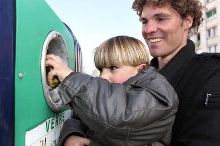 niños reciclando: Padre e hijo en un banco de la botella