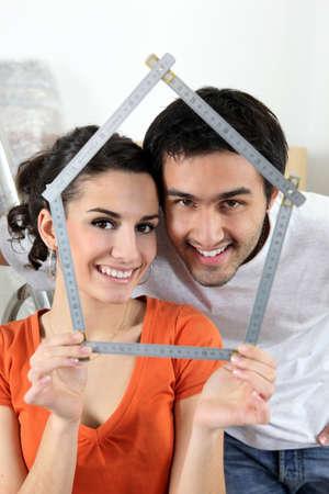 pareja en casa: Pareja haciendo la forma de casa