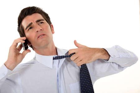sudando: El hombre deshacer la corbata.