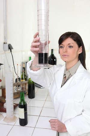 specimen testing: Mujer cient�fico en el laboratorio