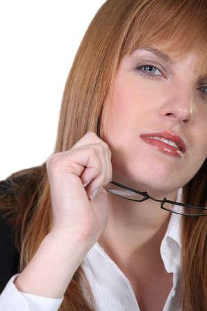 gafas de lectura: mujer que se sac� los lentes de lectura