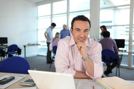oficinista: Hombre trabajando en su escritorio