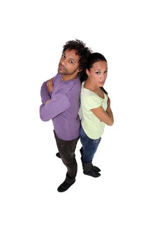 pareja enojada: Pareja de mestizos de pie espalda con espalda Foto de archivo