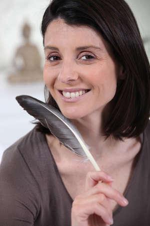 d�livrance: femme tenant un panache d'oiseau