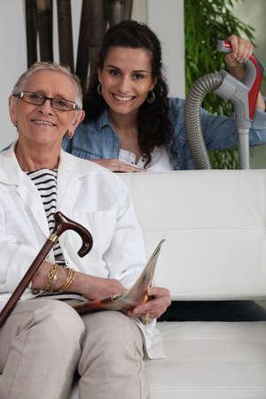 aide a domicile: Jeune femme aider une vieille dame avec ses t�ches m�nag�res