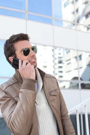 bel homme: Bel homme � l'aide d'un t�l�phone dans la ville Banque d'images