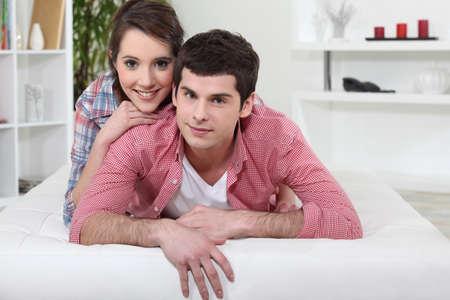 novio: Un par de adolescentes que ponen en la cama.