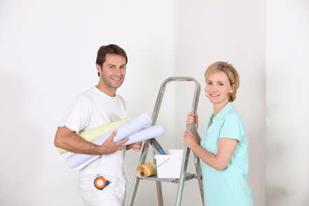 odd jobs: Couple preparing to wallpaper