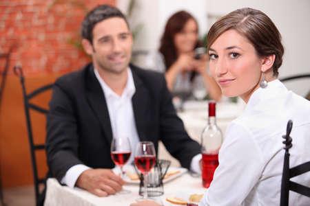 socializando: Pareja con comida en el restaurante