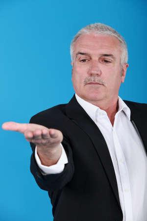 arrogancia: Hombre serio tendiéndole la palma de la mano