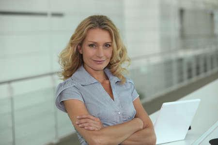 Frau mit Laptop Standard-Bild