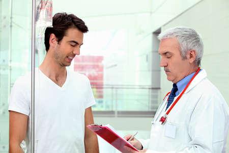 hospitalisation: Patient avec goutte � proximit� d'un m�decin Banque d'images