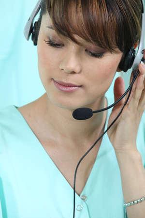 telephone headsets: Secretaria m�dica con auriculares Foto de archivo